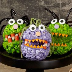 Looking for easy Halloween dessert ideas for this fall? Find great recipes for the spookiest Halloween cakes, cupcakes, and cookies at Wilton. Halloween Popcorn, Halloween Sweets, Halloween Goodies, Holidays Halloween, Spooky Halloween, Halloween Crafts, Happy Halloween, Halloween Ideas, Fall Crafts
