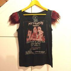 Camiseta Pilar Rubio. Camiseta de algodón diseño de Pilar Rubio con hombreras de tachuelas y plumas, en perfecto estado, es preciosa!!!