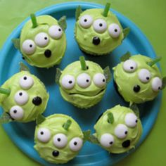 Try Toy Story Green Alien Cupcakes - Disney! You'll just need Cupcakes, baked from your favorite recipe, White frosting, store-bought or from your favorite. Disney Cupcakes, Alien Cupcakes, Toy Story Cupcakes, Cute Cupcakes, Monster Cupcakes, Themed Cupcakes, Birthday Cupcakes, Cupcakes Decoration Disney, Halloween Cupcakes