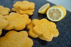 Bolachas de limão - http://www.sobremesasdeportugal.pt/bolachas-de-limao/