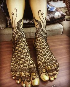 Give a perfect touch to your bridal appearance by having beautiful and simple mehndi designs for legs. These bridal mehandi designs for feet/foot will surely bring you tons of attention! Leg Mehendi Design, Baby Mehndi Design, New Bridal Mehndi Designs, Rose Mehndi Designs, Hena Designs, Henna Designs Feet, Leg Mehndi, Stylish Mehndi Designs, Dulhan Mehndi Designs