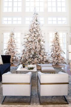 Christmas is coming up and you know what that means. It's time to decorate your christmas tree! Here are 10 elegant Christmas tree decorating ideas to try. Elegant Christmas Trees, Noel Christmas, Modern Christmas, Christmas Fashion, Pink Christmas, Christmas Decorations, Flocked Christmas Trees Decorated, Frosted Christmas Tree, Flocked Trees
