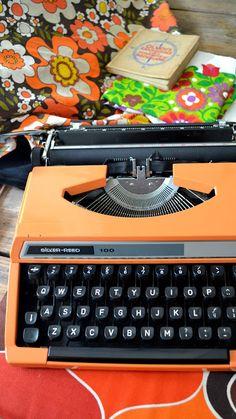 brieven schrijven op een ouderwetse typmachine