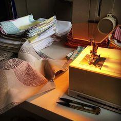 Noční směna... #rousky #sijemerousky #rouskyprovsechny #spolecnetodame Sewing, Dressmaking, Couture, Stitching, Sew, Costura, Needlework