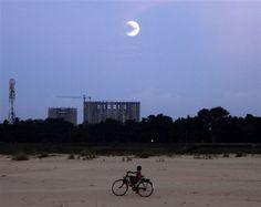 Blue moon shines around the world (Photo: Biswaranjan Rout / AP)