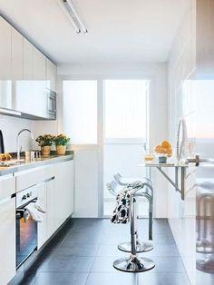 Cocina blanca con barra plegable