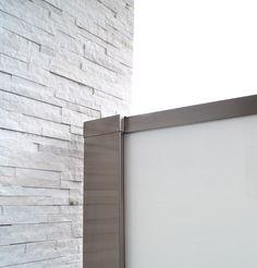 Glassrekkverk. design Sonate En med hvitt glass og syrefast stål. Photo: YM-ylvameltvedt