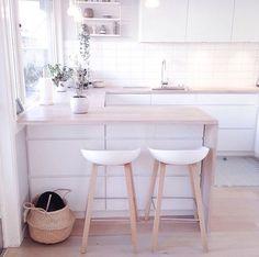Esta es nuestra cocina. No es muy grande pero perfecta para nosotras tres. Tiene todo lo necesario: un lavabo, una estufa, y una mesa para tres personas. Además hay muchos muebles donde poner los trastes. Hay también una lavadora adentro de uno de los muebles que están abajo del lavabo y un horno pequeño.