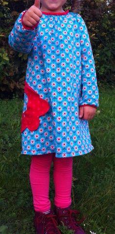 Ein neues Winterkleid aus kuscheligem Sweat mit Blumentasche