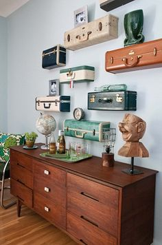 Vintage suitcase shelves make for an awesome project! These gorgeous vintage suitcase shelves come via Ki Nassauer. Read on for DIY instructions. Vintage Suitcases, Vintage Luggage, Vintage Trunks, Vintage Suitcase Decor, Vintage Travel Decor, Antique Trunks, Vintage Home Decor, Suitcase Shelves, Suitcase Display