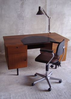 Online veilinghuis Catawiki: Kavel met ( spreekkamer ) bureau , stoel en lamp