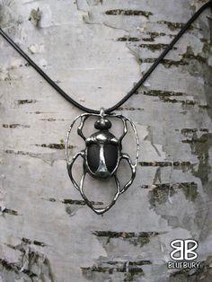 Brouk - cínovaný šperk - neznámý kámen z pole. Foceno na bříze.