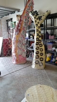 Making a Kraken, Sea Monster, Giant Octopus for your Pirate Themed Halloween Pirate Halloween Decorations, Pirate Halloween Party, Halloween Forum, Halloween Displays, Halloween Projects, Halloween House, Holidays Halloween, Halloween Themes, Halloween Crafts