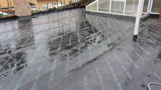 Impermeabilización bicapa del patio con láminas asfálticas flotantes, inicio de la prueba de estanqueidad.