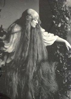 Vintage black and white Pre-Raphaelite style photograph Look Vintage, Vintage Beauty, Vintage Vogue, Vintage Ladies, Vintage Black, Vintage Pictures, Vintage Images, Old Photography, Victorian Photography
