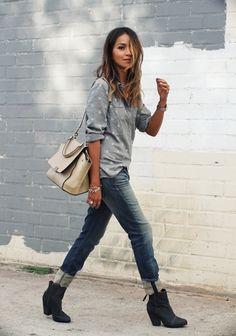 ダンガリー系のドット柄シャツとジーンズで全体のトーンをまとめたカジュアルなスタイリング。 バッグの色をヌーディカラーにするところが技ありですね。
