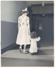 """Enfermera acompaña a una peque enferma en el Jewish Hospital de St. Louis (1950). """"Bernard Becker Medical Library, Washington University School of Medicine"""""""