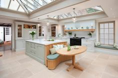 Kitchen and floor tiles Barn Kitchen, Open Plan Kitchen, New Kitchen, Kitchen Dining, Kitchen Decor, Kitchen Ideas, Kitchen Nook, Kitchen Layout, Black Kitchen Cabinets