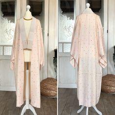 "Vintage ""Nagajuban"" Kimono Robe im Pastell Rosa / Romantic night gown / silk robe / night gown / Dressing gown / Kimono night robe / kimono Vintage Kimono, Silk Kimono, Kimono Jacket, Kimono Mantel, Dressing, Flat Color, Silk Fabric, Elegant, Bright Pink"
