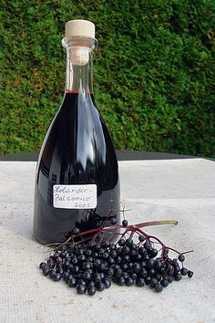 Holunder – Balsamico – Essig Elderberry – Balsamic Vinegar (recipe with picture) by rosemarywitch Vinaigrette Dressing, Salad Dressing Recipes, Balsamic Vinegar Recipes, Cake Vegan, Elderberry Recipes, Vegetable Drinks, Food Gifts, Popular Recipes, Diy Food