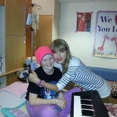 Taylor Swiftvisited a very special fan, a 10-year-old cancer patient named Lauren Hacker, at Omaha's Children's Hospital & Medical Center.