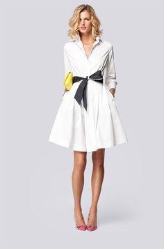 Vestido corto camisero blanco con fajin negro y pespunte blanco de Carolina Herrera
