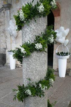 Decorazione colonne con festoni verdi e gypsophila