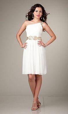 es un vestido blanco de seda la parte del frente el top es casi repto en el medio hay una cinta de color dorado con los diamantes