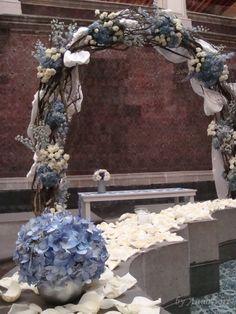 Los arcos con varas y flores son excelentes para resaltar la importancia de un espacio o de un momento.