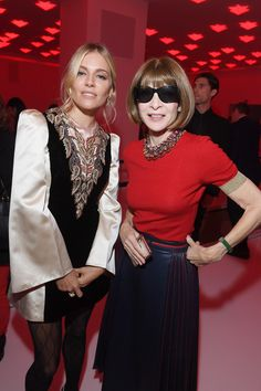 Sienna Miller Photos - Sienna Miller and Anna Wintour attend the Gucci show during Milan Fashion Week Spring/Summer 2020 on September 2019 in Milan, Italy. La Fashion Week, Milano Fashion Week, Tokyo Fashion, New York Fashion, Milan Fashion, Fashion Weeks, Women's Fashion, Sienna Miller, Anna Wintour