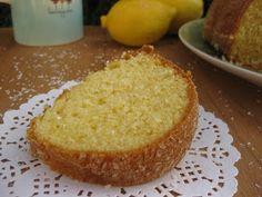 Um bolo simples que sabe sempre bem acompanhado de uma chávena de chá quentinho.          Ingredientes:  1 iogurte grego de lima limão (pode...