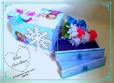 Comodazinha em MDF da Frozen com duas gavetas, ideal para decorar, organizar e presentear.