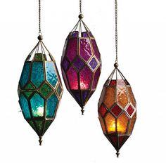 Retro Marokkaanse goudkleurige lantaarn met twee kleurig reliëf glas en antieke finish. Gemaakt op fair trade basis.  Met de afmetingen: 13x13x28cm