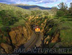 BNSF 5123 takes the cut just before climbing around the Tehachapi Loop.