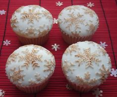 Gold snowflake cupcakes