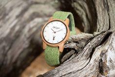 Ein besonderes Highlight mit einem eleganten Perlmutt-Ziffernblatt ist die Alpin Damenuhr aus heimischem Elsbeeren-Holz. Sie wirkt durch ihre weiche, harmonische Farbgebung zeitlos schön und anmutig. Die handgefertigten Wechselarmbänder  aus grauem, braunem, grünem oder pinkem Ennstaler Loden sind etwas ganz Besonderes.  Diese lassen sich besonders leicht tauschen und somit hat die Frau von Welt immer die passende Uhr zu jedem Outfit (egal ob Tracht oder Modern). Wood Watch, Pink, Outfit, Modern, Accessories, Fashion, Don't Care, Handmade, World