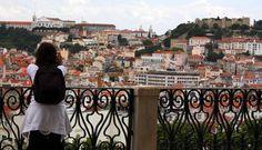 Assim como Roma, Lisboa nasceu entre sete colinas. Numa competição de mirantes, porém, os miradouros lisboetas ganham longe dos belvederes romanos.Lisboa aproveita seus pontos de observação naturais …