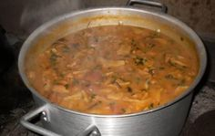 Ingredientes2 e 1/2 quilos de dobradinha1 xícara de chá de leite1 kg de feijão branco2 linguiças calabresa cortadas em rodelas300 g de bacon picado4 tomate maduro sem sementes picados1 pimentão picado1 cenoura cortada em rodelas1 cebola picada2 dentes de alho amassadosSalsa, cebolinha, pimenta-do-reino e sal a gosto2 colheres de sopa de óleoModo de PreparoEm uma…