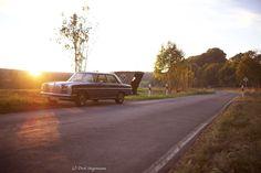 https://flic.kr/p/Ndmjn7 | Mercedes-Benz W114 auf der Landstraße | Unterwegs im Sonnenuntergang Herbst 2016 in Münsterland. Weitere Bilder sind auf www.oldtimertrecker.de