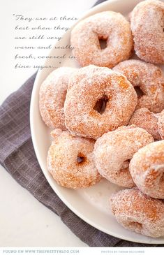 Moroccan doughnuts--to fuel my donut obsesh some more; Moroccan Desserts, Moroccan Dishes, Moroccan Recipes, Delicious Desserts, Dessert Recipes, Yummy Food, Breakfast Recipes, Donut Recipes, Wine Recipes