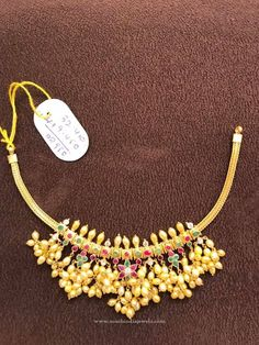 Looking for traditional pearl chain designs and where to shop them? Here are 23 best of models that are super hit this year. Pearl Necklace Designs, Jewelry Design Earrings, Gold Earrings Designs, Gold Temple Jewellery, Mens Gold Jewelry, Pearl Jewelry, Jewelery, Simple Jewelry, Simple Necklace