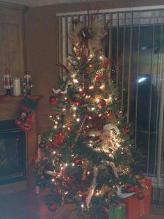 Sapin Naturel Rouge Or Christmas Tree, Holiday Decor, Home Decor, Firs, Red, Teal Christmas Tree, Homemade Home Decor, Xmas Trees, Interior Design