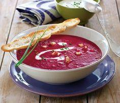 Rote-Bete-Apfel-Suppe Rezept: Zwiebel,Beten,Apfel,Öl,Gemüsebrühe,Schnittlauch,Sahne,Meerrettich,Pfeffer,Fladenbrot