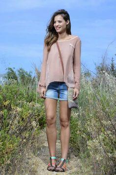 BEACH CHIC Camiseta de A Collection, shorts de Vero Moda, sandalias de Chika10 y bolso de Quintana.