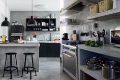 35 Gorgeous Kitchen Floating Shelves For Your Lovely Kitchen Loft Kitchen, Patio Kitchen, Concrete Kitchen, Kitchen Shelves, Kitchen Redo, Kitchen Flooring, Kitchen Styling, Kitchen Remodel, Dirty Kitchen