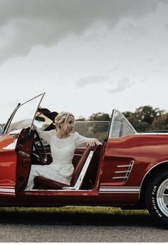 💕Robe de mariée demi-mesure #AtelierGasparine Top Romane manche longue en dentelle de calais, sous top Georgette en crêpe de soie, ceinture large Émilienne et Jupe Alexandrine en crêpe de soie 💕 Si tu cherches #TheDress, viens faire un tour dans l'atelier de Marion, et d'un coup de baguette magique, c'est good. Un modèle, ton tissu, ta robe, juste à toi. Tu es unique, ta tenue le sera également et elle sera #MadeWithLove et #MadeInFrance. . Pour son #Mariage, une #BrideToBe veut la plus… Top Roman, Ceinture Large, Made In France, Antique Cars, Instagram, Unique, I Want You, Atelier, Wand