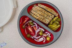 Klops drobiowy, ogórki kiszone, pomidory z cebulką i oliwkami