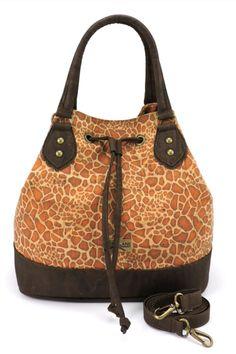 Korktasche / Handtasche, nachhaltig und fair, von CorkCase mit Reissverschluss und Trageriemen. Farbe: giraffe. Handgefertigt in Portugal. Faire Mode aus natürlichem Korkstoff. Damit du alles dabei hast unterwegs. Nachhaltige Tasche aus nachwachsendem Naturstoff. Mehr Korkprodukte: www.korkeria.ch #handtasche #nachhaltigemode #korkprodukte #kork #korktasche Amazon Free Shipping, Cork Purse, Cork Fabric, Everyday Fashion, Bucket Bag, Fashion Accessories, Clothes For Women, Portugal, Bags