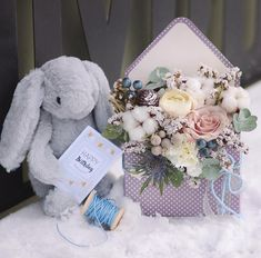 This is so sweet 😍 Birthday Images, Birthday Cards, Happy Birthday, Pastel Bouquet, Flower Boxes, Burlap Wreath, Envelope, Beautiful Pictures, Presents