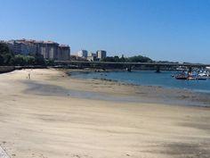 La playa de O Adro en Bouzas (Vigo) es la mejor opción para combinar un día de playa y turismo marinero. Situada en pleno barrio de Bouzas, en 450 m de arena blanca rodeados por el Paseo Marítimo, que bordea todo el arenal desde la carretera principal y la travesía de Bouzas.
